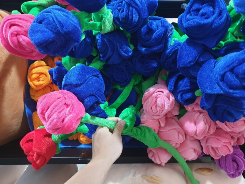 60cm짜리 장미꽃 인형 원가 1700원짜리 개당 400원에 처분합니다.